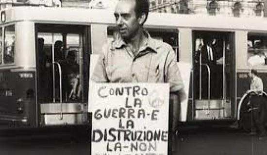 """Se ne va a 89 anni Pietro Pinna, il primo obiettore di coscienza in Italia """"Ma io non sono qua per ammazzar la gente…"""" Fu il pioniere del movimento nonviolento. Nel 1949, in seguito ad una crisi morale, rifiutò il servizio militare,pagando la sua scelta con 18 mese di carcere"""